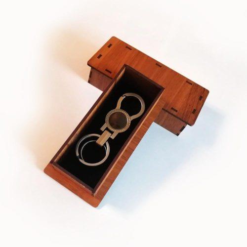 جاکلیدی فلزی همراه با جعبه چوبی